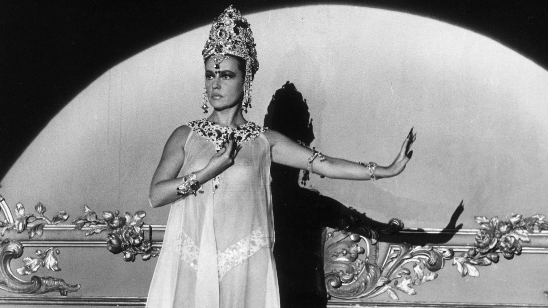 En septiembre de 1964, en el rodaje de 'Mata-Hari', dirigida por Jean-Louis Richard y en la que Pierre Cardin diseñó el vestuario. (Getty)