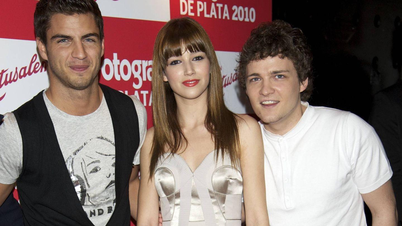 Adam, junto a Maxi Iglesias y Úrsula Corberó. (Getty)
