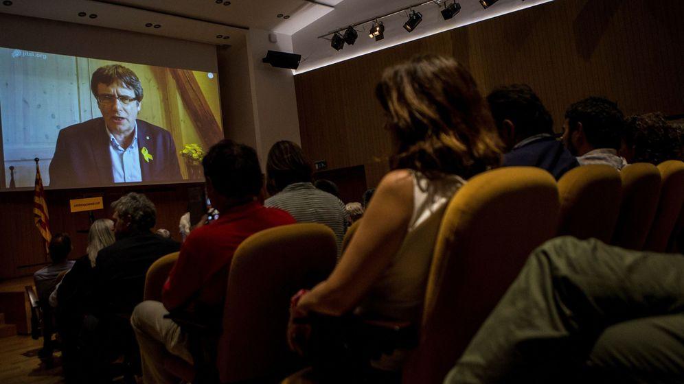 Foto: El expresidente catalán Carles Puigdemont, a través de videoconferencia desde Alemania, durante la presentación de Crida Nacional per la República. (EFE)
