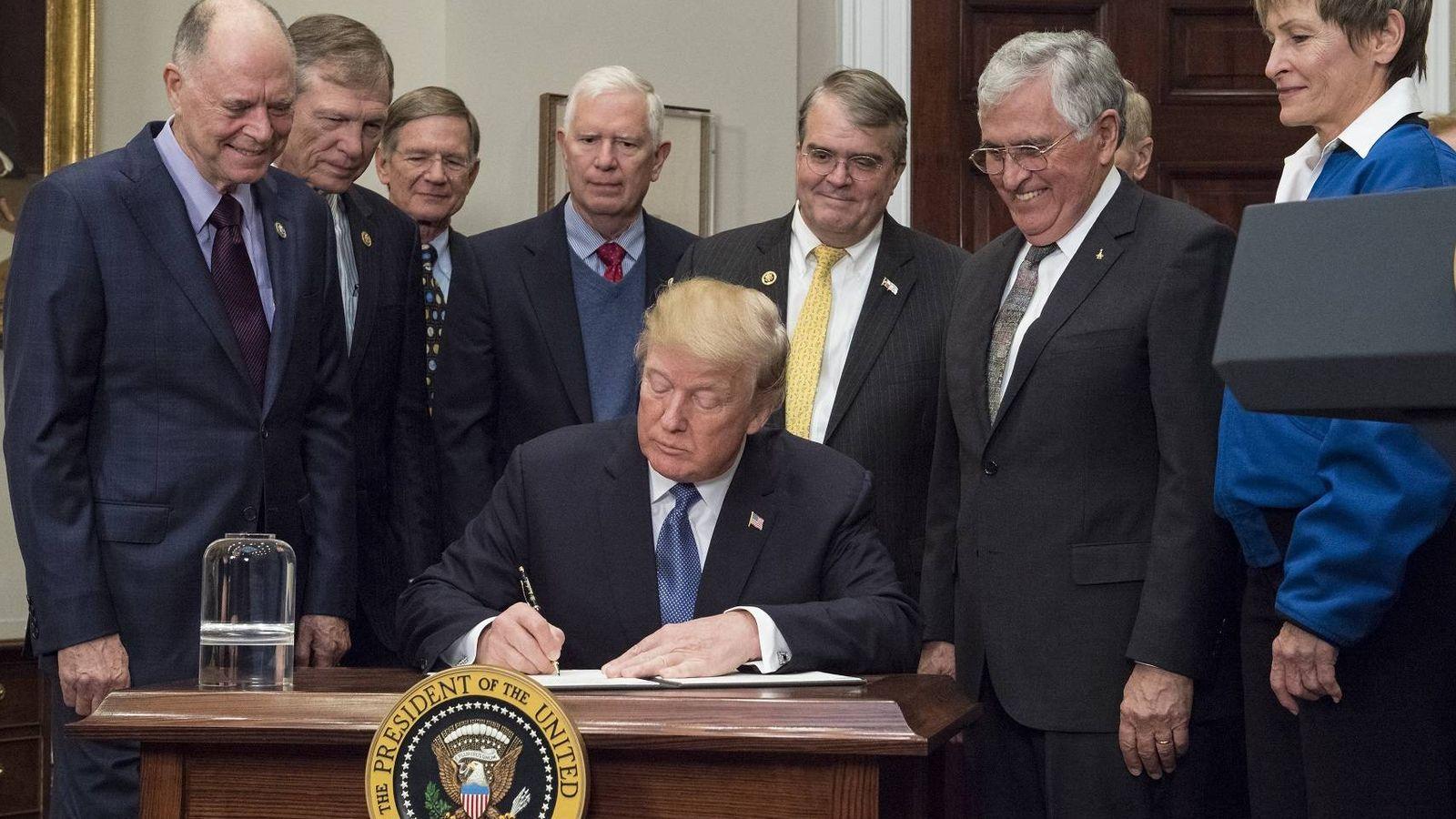 Foto: Trump firma ayer la directiva espacial (Aubrey Gemignani / NASA)