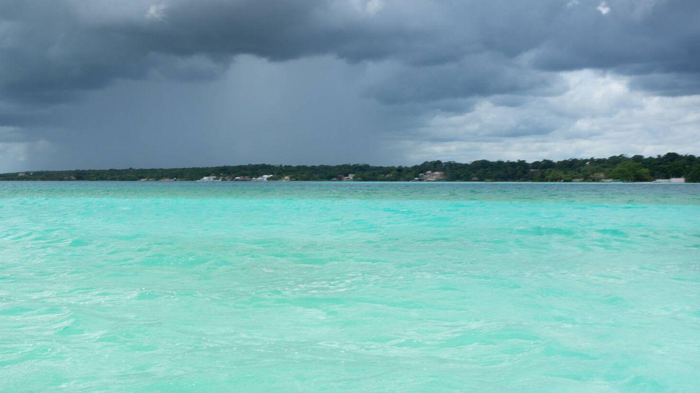 La laguna Bacalar en un día nublado. (iStock)