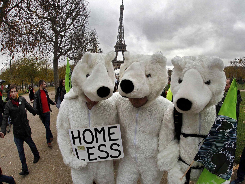 Tres manifestantes durante la Cumbre del Clima de París protestan contra el cambio climático vestidos de osos. (Reuters)