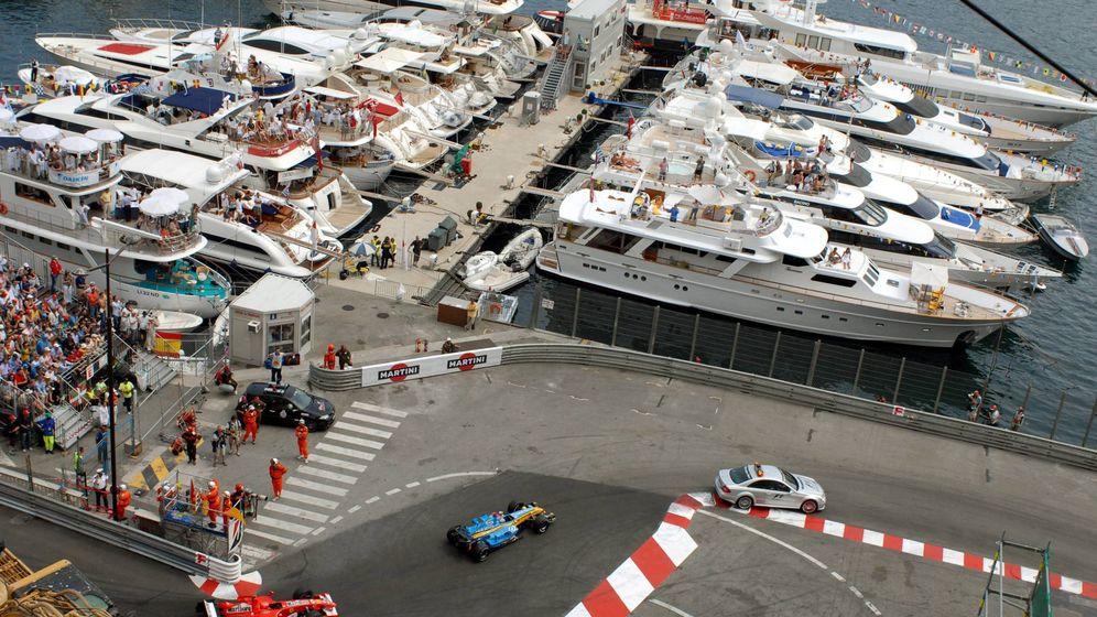 Foto: El Ferrari de Schumacher persiguiendo al Renault de Alonso en 2006. (Imago)