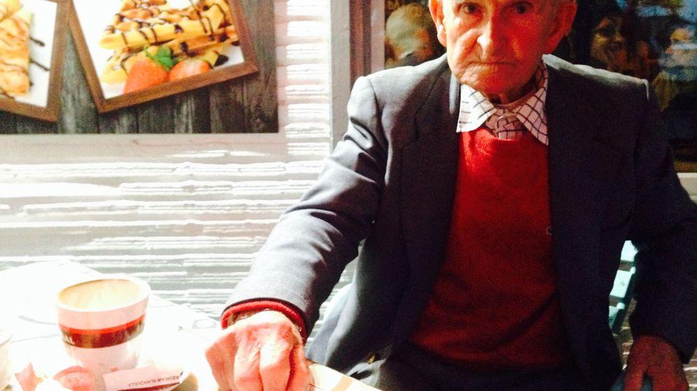 Foto: Salvador Martín, en la cafetería donde trabaja su nieto. (Amparo de la Gama)