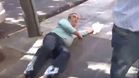 Un político simula ser agredido y llama a voces a la prensa: ¡Me empujaron!