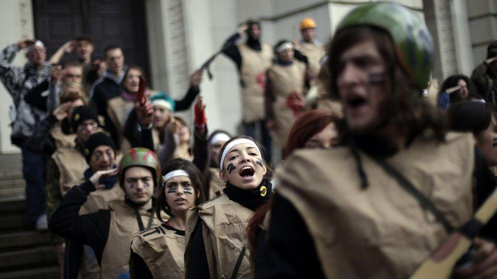 Foto: Estudiantes con disfraces que imitan uniformes militares protestan ante la Universidad de Sofía, en Bulgaria (Reuters).