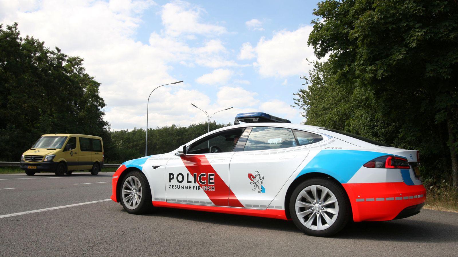 Foto: Luxemburgo también ha incorporado coches eléctricos Tesla a su departamento de policía (Reuters/Clement Rossignol)