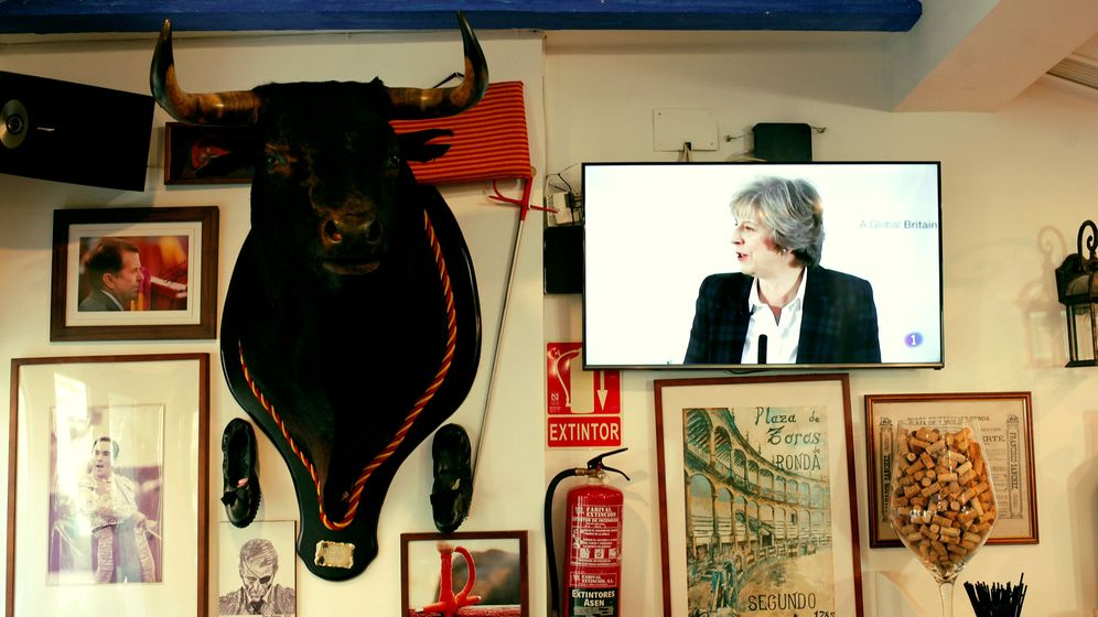 Foto: Comparecencia de Theresa May seguida desde un bar de Fuengirola. (Reuters)