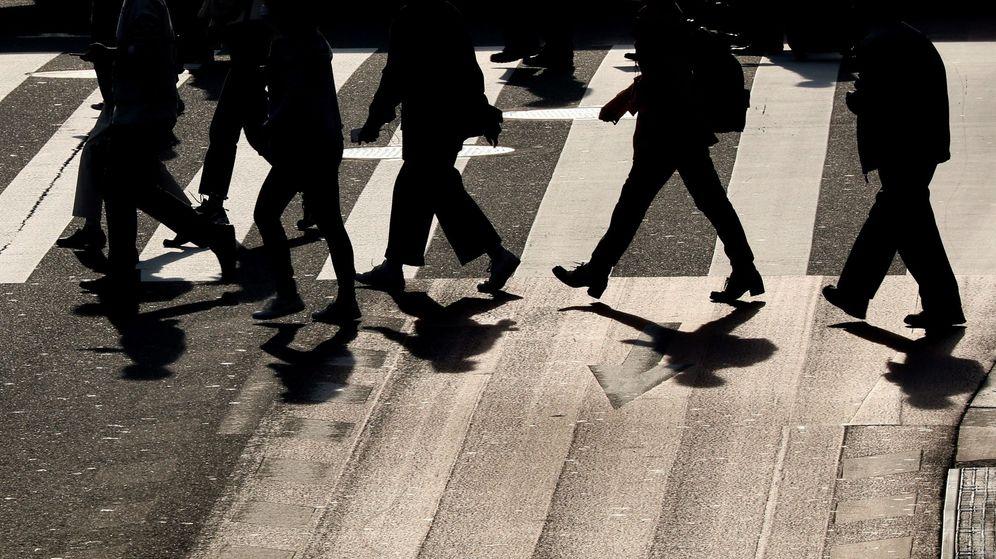 Foto: Personas cruzando un paso de cebra en una ola de calor. (EFE)