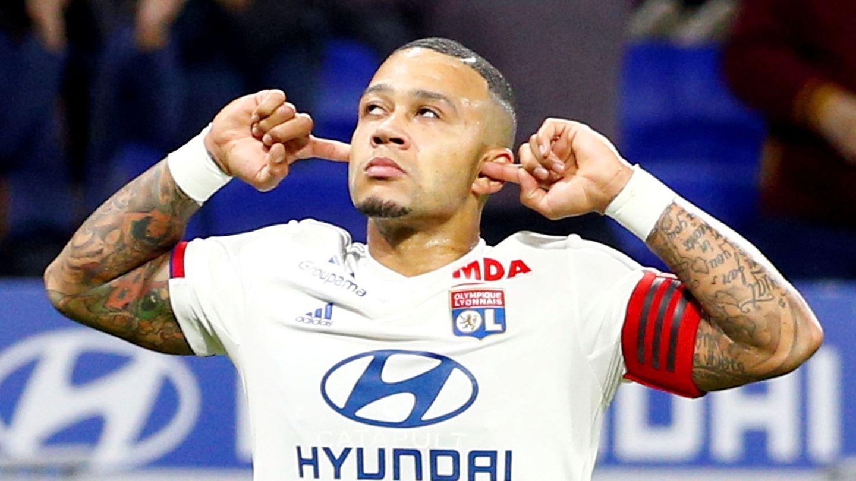 Depay hace su característica celebración al marcar un gol esta temporada. (Reuters)