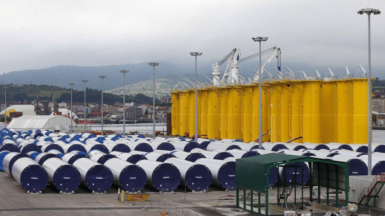 Piezas de un parque eólico marino esperando a ser transportadas en barco en el puerto de Avilés. (EFE)