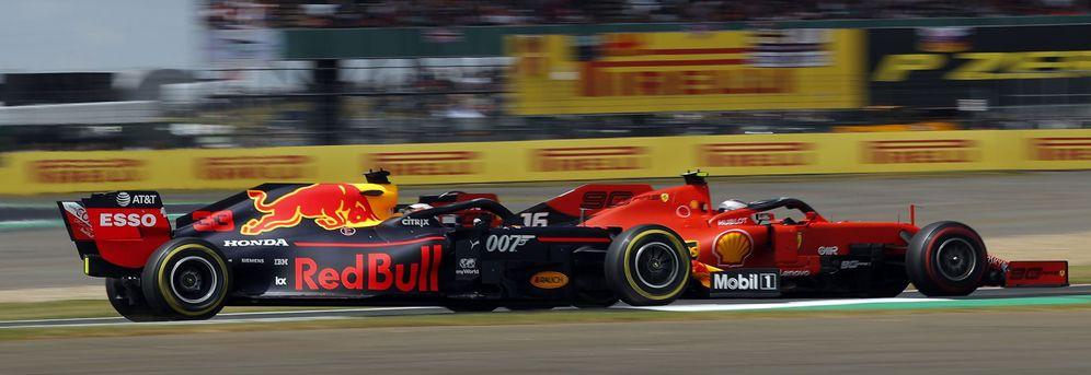 Foto: Leclerc y Verstappen se enzarzaron en Silverstone en un espectacular cuerpo a cuerpo lleno de talento y magia. (EFE)