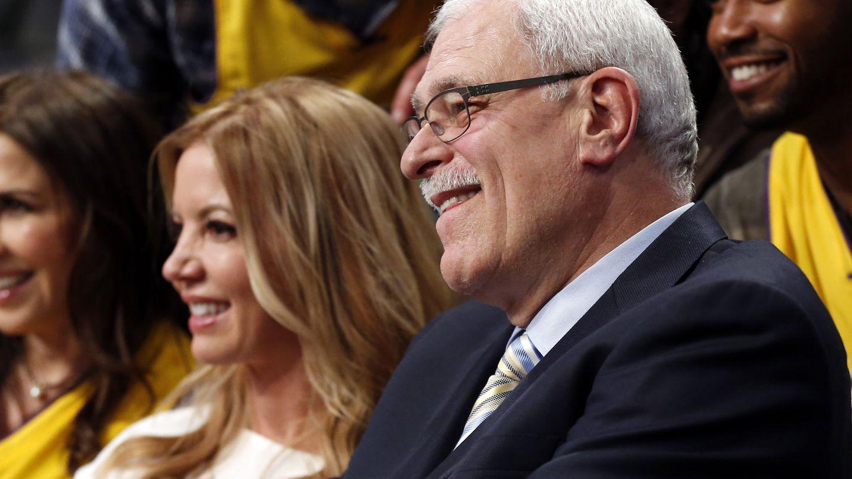 Phil Jackson, junto a Jeanie Buss, copoprietaria de Los Lakers (Reuters).