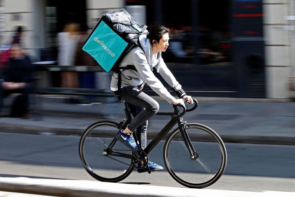 Foto: Un 'rider' de Deliveroo, en plena entrega. (Reuters)
