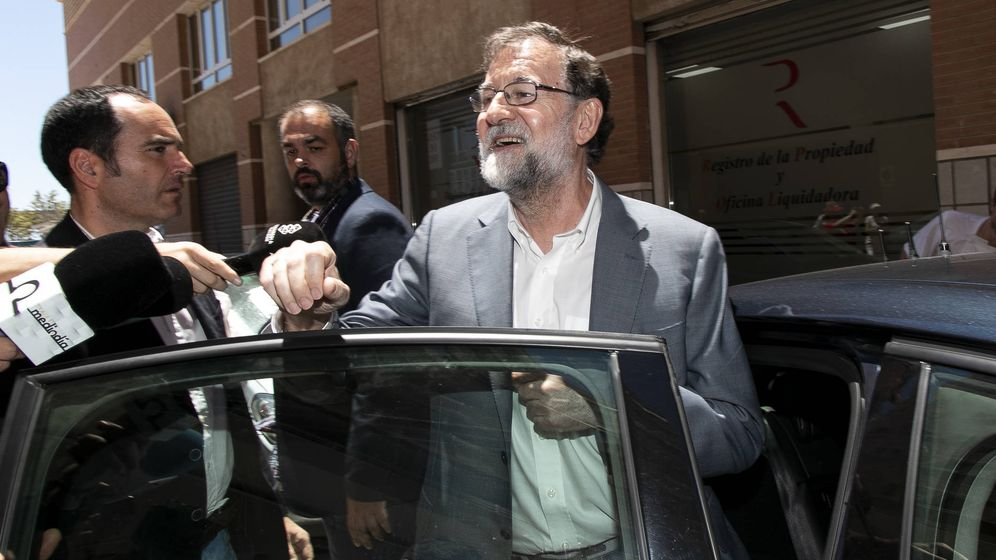 Foto: Mariano Rajoy, saliendo del Registro de la Propiedad de Santa Pola. (Gtres)