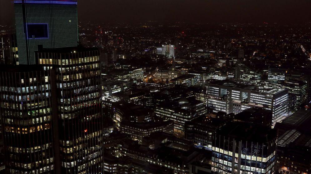 Foto: Vista general nocturna de la City de Londres. (Reuters)