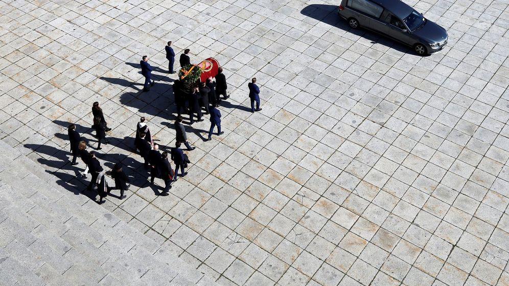 Foto: Los familiares portan el féretro con los restos mortales de Francisco Franco tras su exhumación. (EFE)