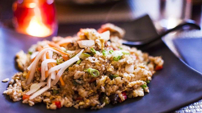 Un plato de arroz frito.