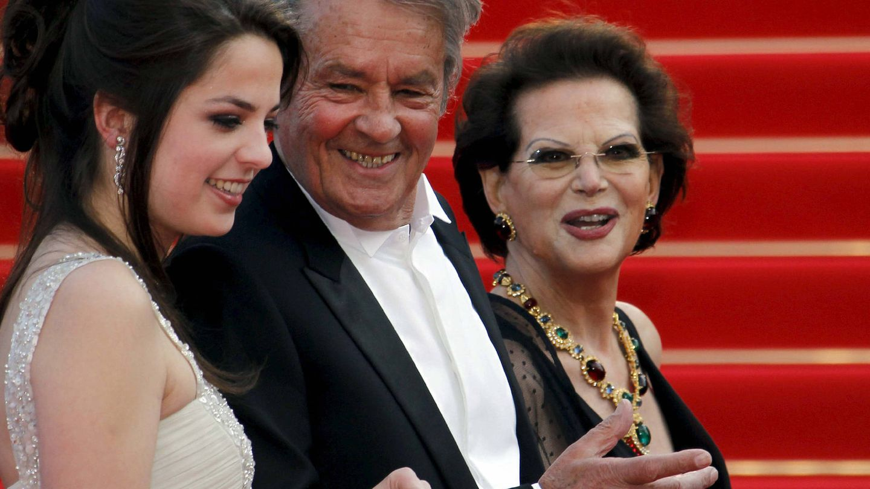 Alain Delon, con su hija y Claudia Cardinale. (EFE)