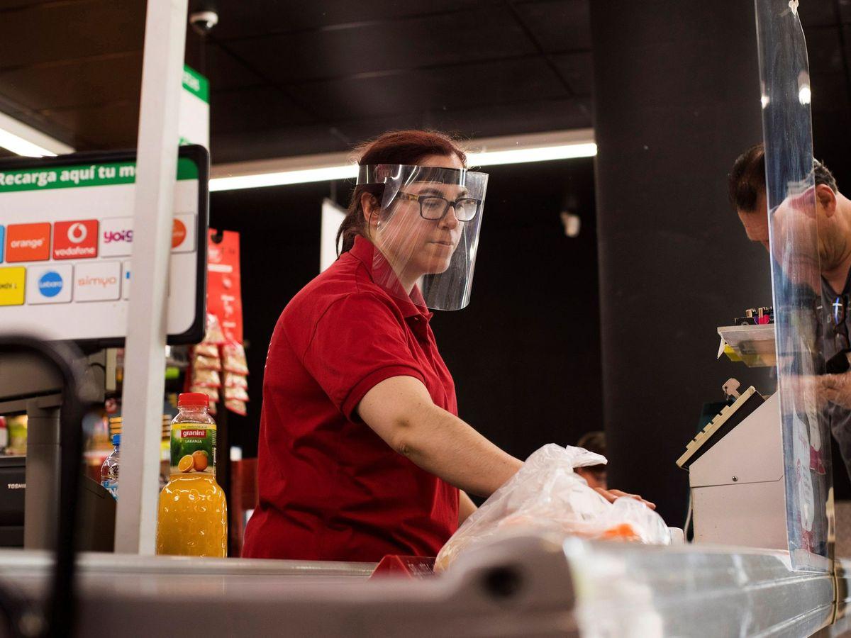 Foto: Una cajera trabajando en un supermercado de Zaragoza. (EFE)