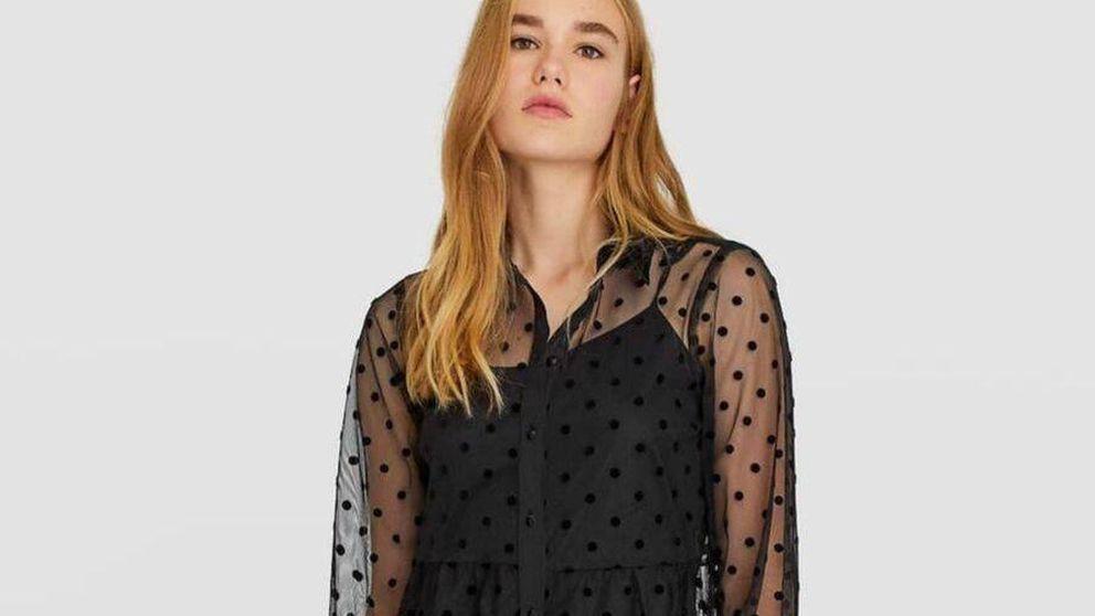 Este vestido negro, transparente y con plumeti de Stradivarius es perfecto para tus eventos nocturnos