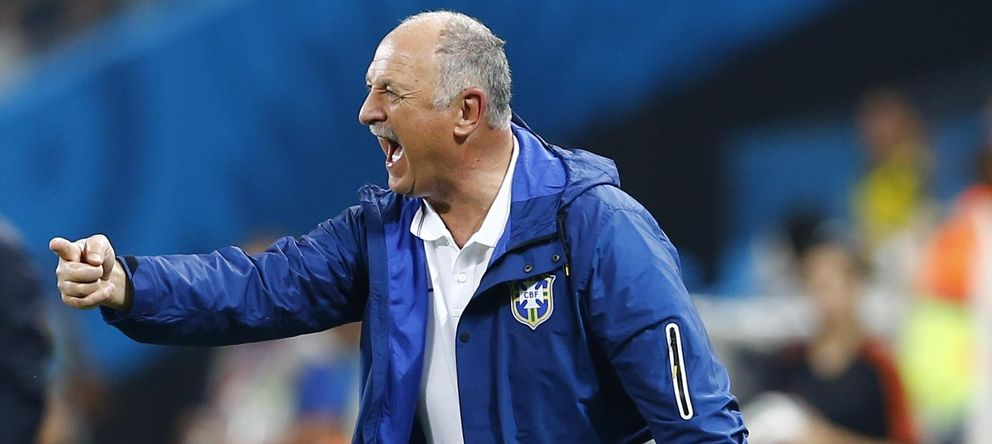 Foto: Scolari da ordenes durante el debut de Brasil.