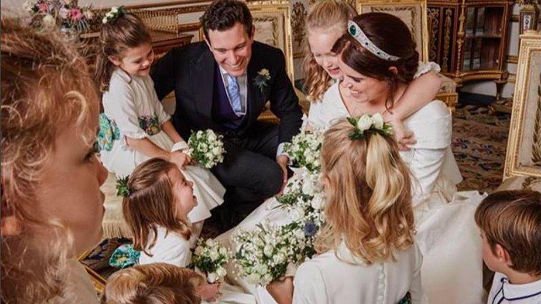 Los niños rodean a la novia. (Instagram @princesseugenie)
