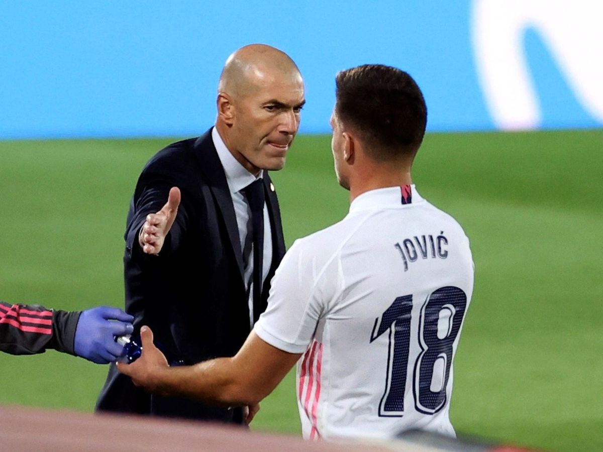 Foto: Zidane da la mano a Jovic en el partido frente al Valladolid. (EFE)