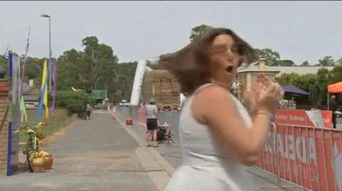 Un camión se lleva por delante la meta de una carrera ciclista en Australia