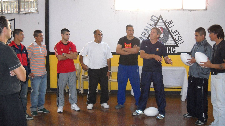 Mario, enseñando a jugar al rugby a reclusos de una cárcel de alta seguridad de Buenos Aires.