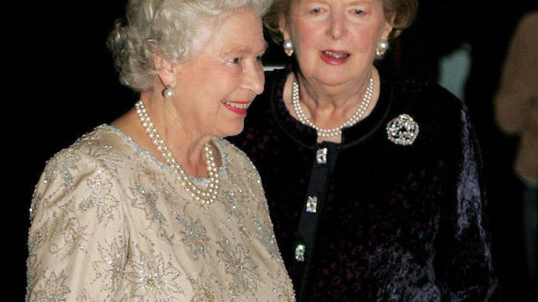 Isabel II y Margaret Thatcher, en 2005. (Getty)
