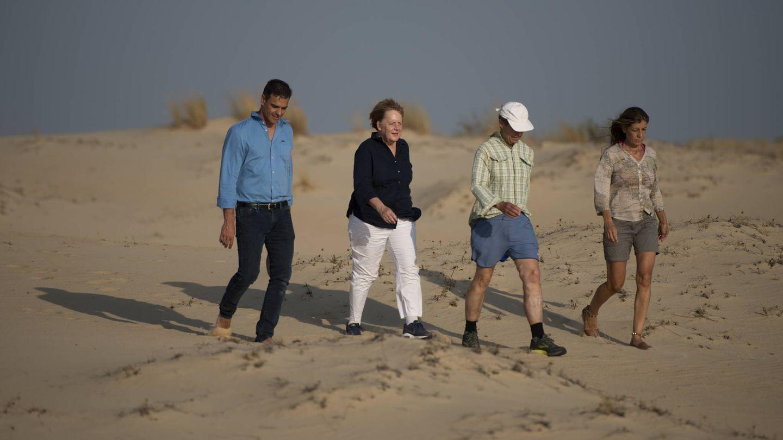 La pareja, con Angela Merkel y su esposo, Joachim Sauer, en Doñana. (Getty)
