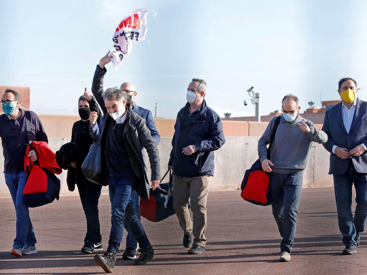 Foto: Salida de prisión de los siete presos del 'procés' de la cárcel de Lledoners. (EFE)