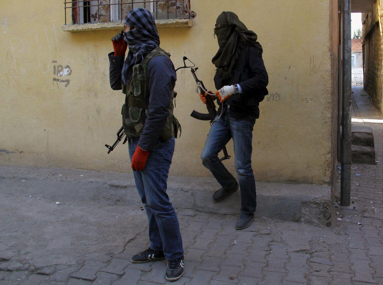 Foto: Miembros del YDG-H, la rama juvenil del PKK, montan guardia en una esquina del barrio de Sur, en Diyarbakir, sureste de Turquía, en noviembre de 2015. (Reuters)