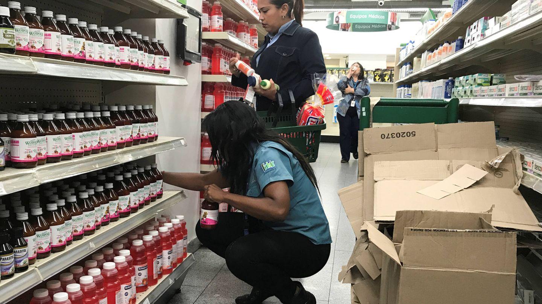 Venezolanos compran en una farmacia de Caracas. (Reuters)
