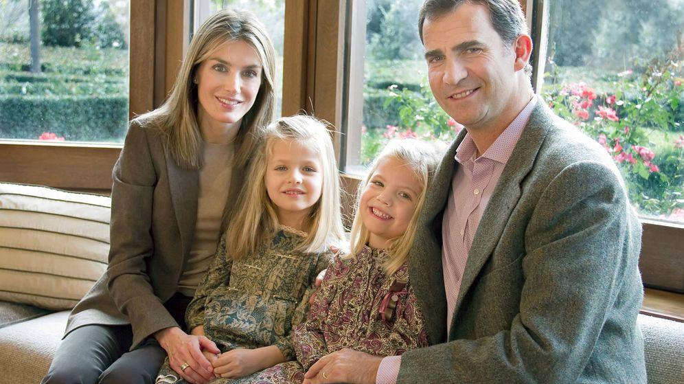 Foto: Los Reyes y sus hijas, posando en su salón. (Casa Real)