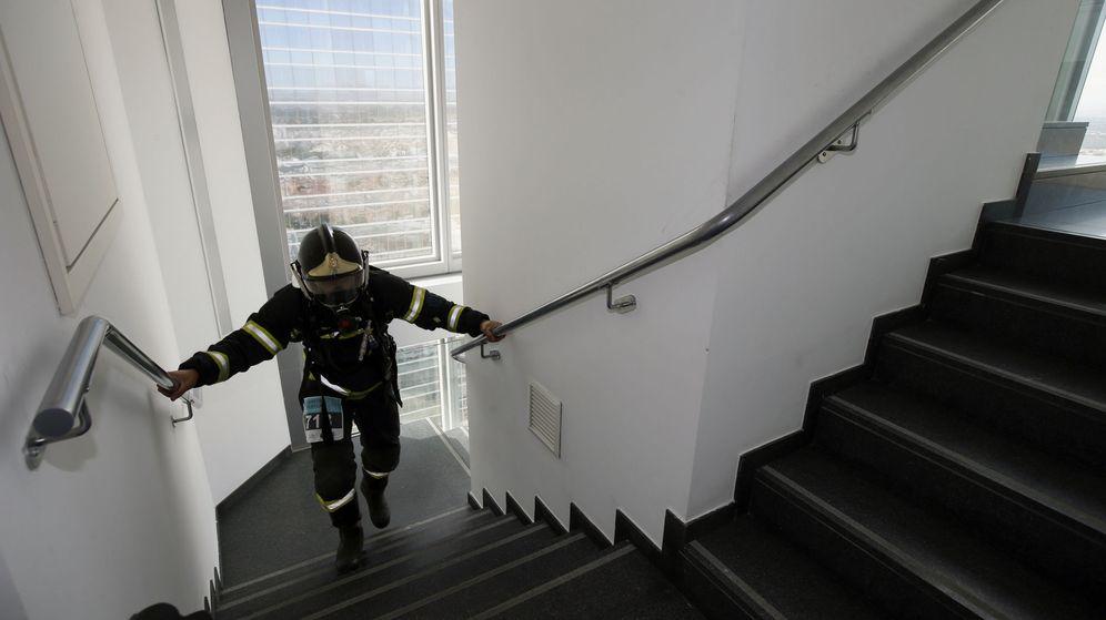 Foto: Un bombero pasando la prueba de ascenso de escaleras