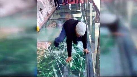 Los turistas que tratan de cruzar esta pasarela sienten auténtico miedo