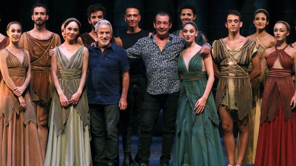 Foto: Fotografía de familia del Víctor Ullate Ballet durante el pase gráfico previo al estreno de 'Antígona'. (EFE)