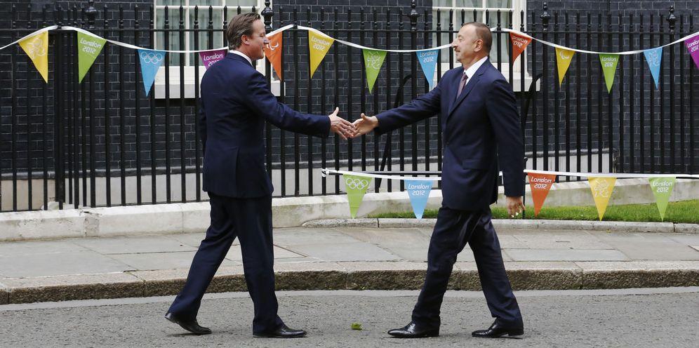 Foto: El Primer Ministro británico David Cameron saluda al Presidente de Azerbaiyán, Ilham Aliyev, en Downing Street, Londres, el 6 de agosto de 2012 (Reuters)