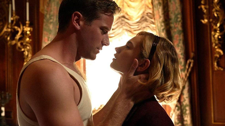 Armie Hammer y Lily James, en 'Rebeca'. (Netflix)