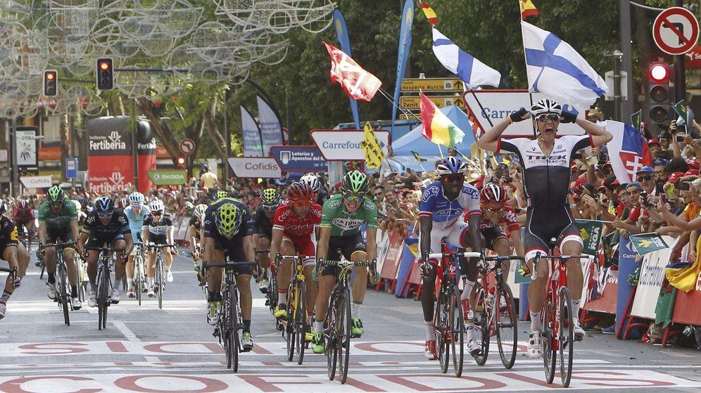 Foto: Jasper Stuyven celebra su victoria en Murcia (Efe).