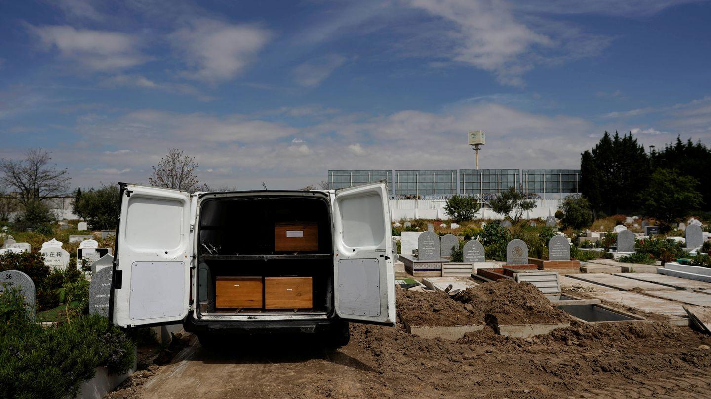 Una furgoneta con tres féretros de víctimas de coronavirus en el cementerio de Griñón. (Reuters)
