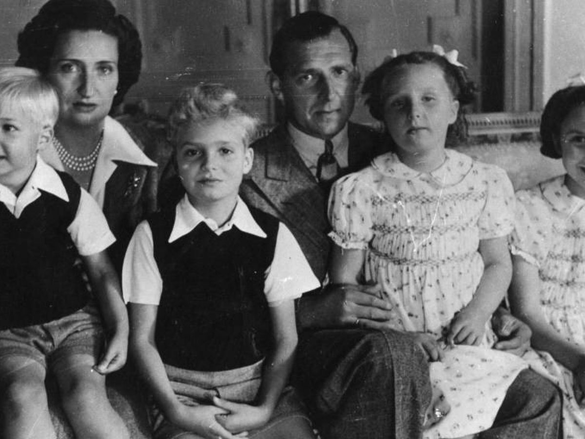Foto: Don Juan y María de las Mercedes, con sus cuatro hijos. (Getty)