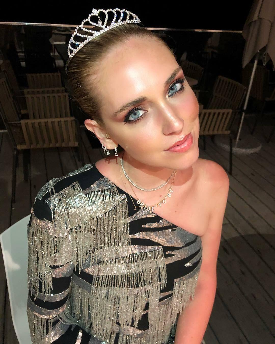 Chiara con el vestido de Dundas y la coronita. (Instagram @chiaraferragni)
