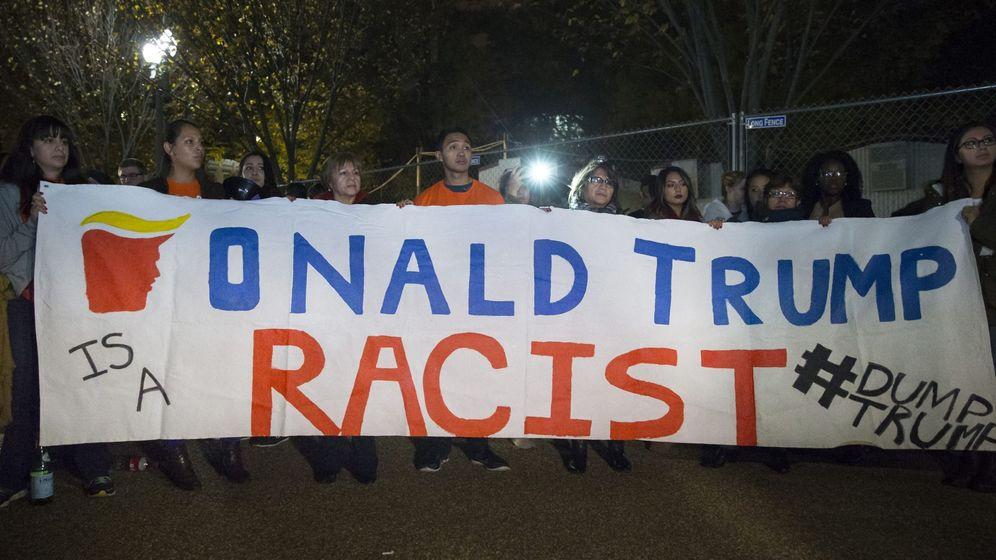 Foto: Unos inmigrantes sostienen una pancarta en la que se lee 'Donald Trump es un racista' frente a la Casa Blanca en Washington. (Efe)
