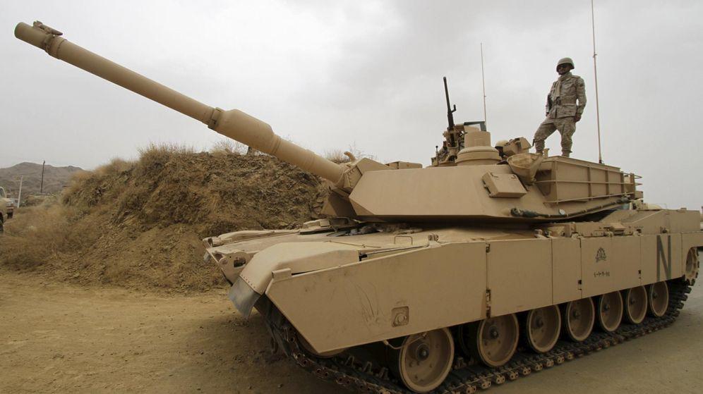 Foto: Un tanque saudí en la frontera con Yemen, en abril de 2015. (Reuters)