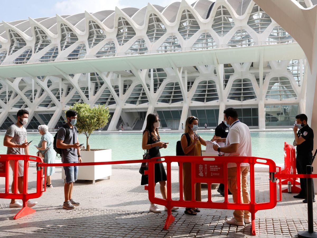 Foto: Cola para vacunarse en Valencia. (Reuters)