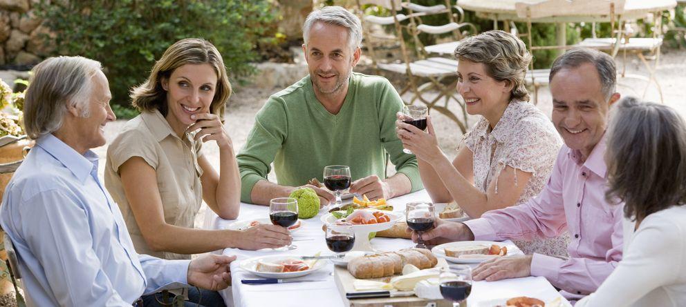 Foto: Todas las actividades que rodean las comidas familiares propician una mejor comunicación. (Corbis)