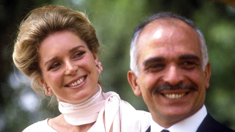 El rey Hussein con Noor de Jordania en 1984. (Cordon Press)